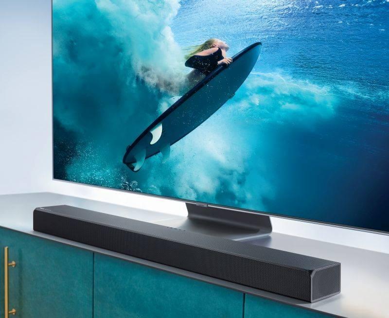 Soundbar samsung ustawiony pod telewizorem